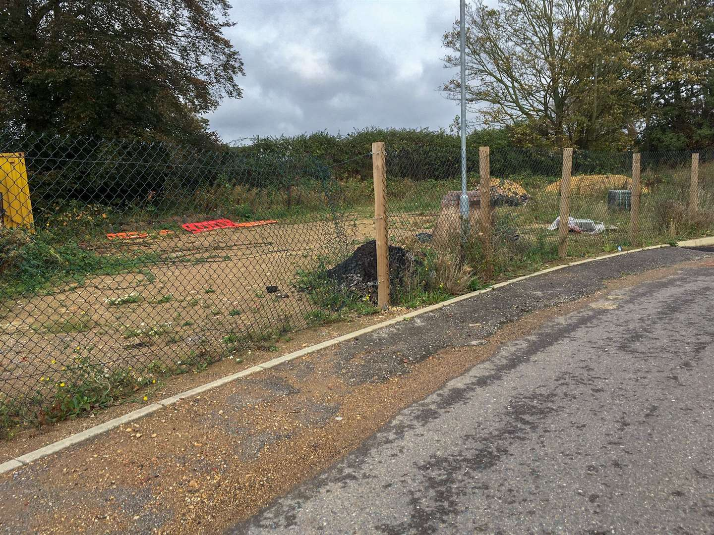 Residents on the Cromwell Gardens development in Wisbech are demanding developer Reason Homes complete the roads and pathways amid health and safety fears. This area of land is where bungalows were supposed to be built, until they are the estate is not finished. (11901676)