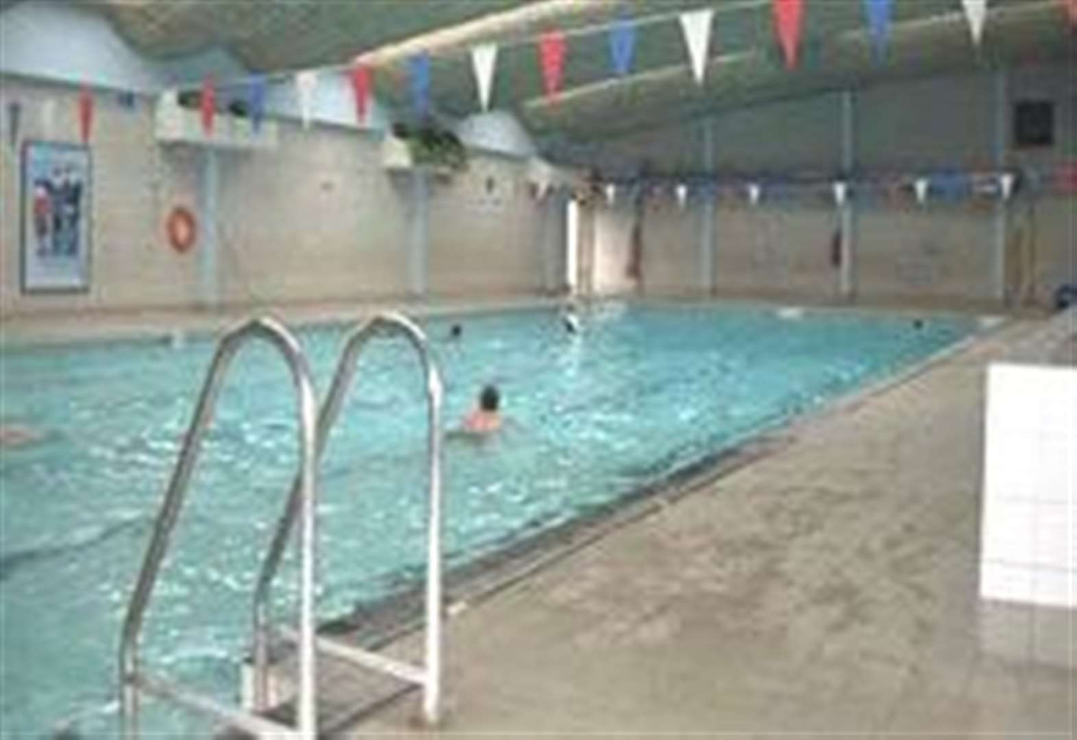 Campaign to save town swimming pool gathers momentum with support from MP Steve Barclay
