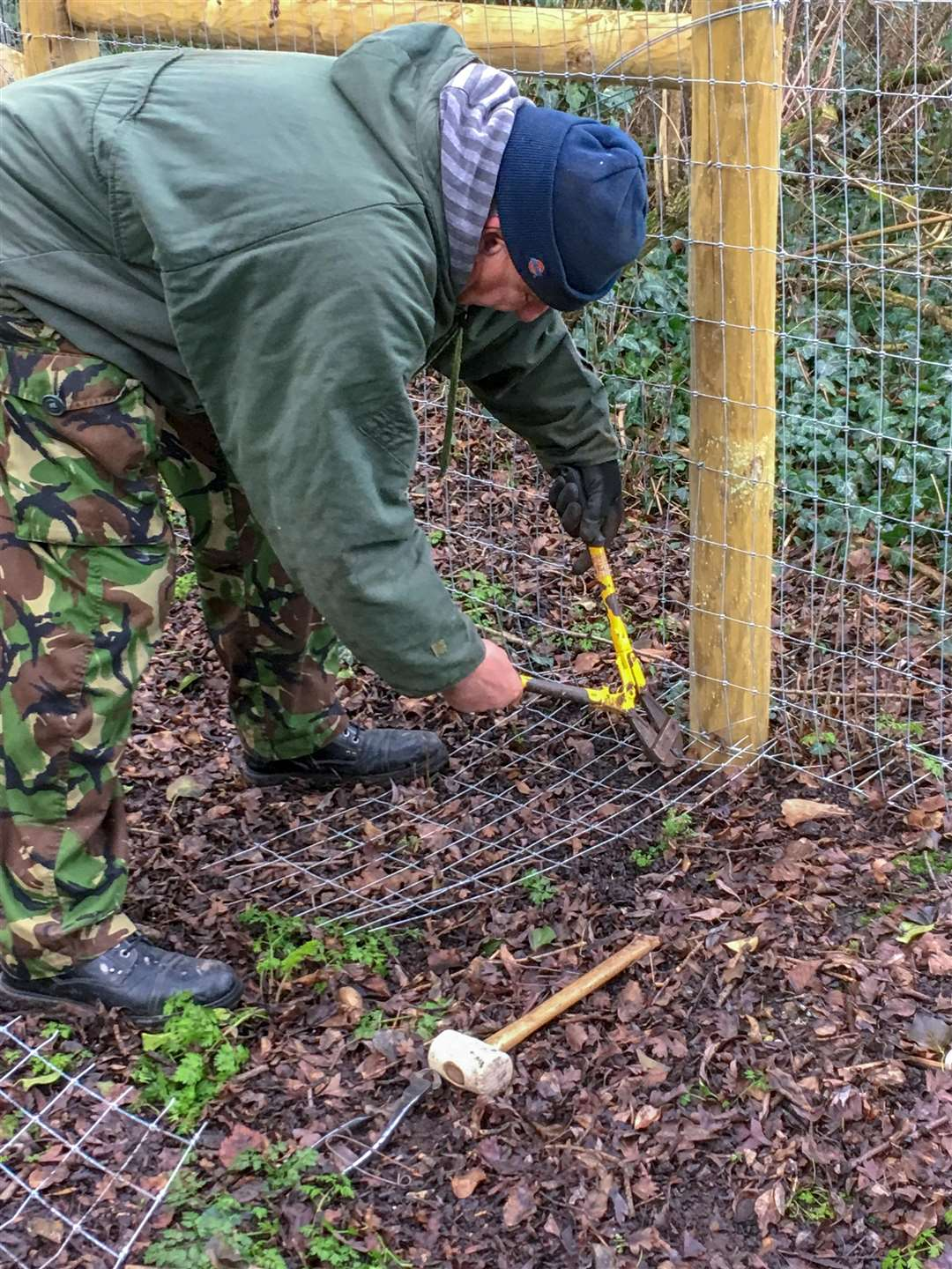 Parish council chairman Steve emery carries out repairs to Manea otter fence which has been repeatedly vandalised. (6909306)
