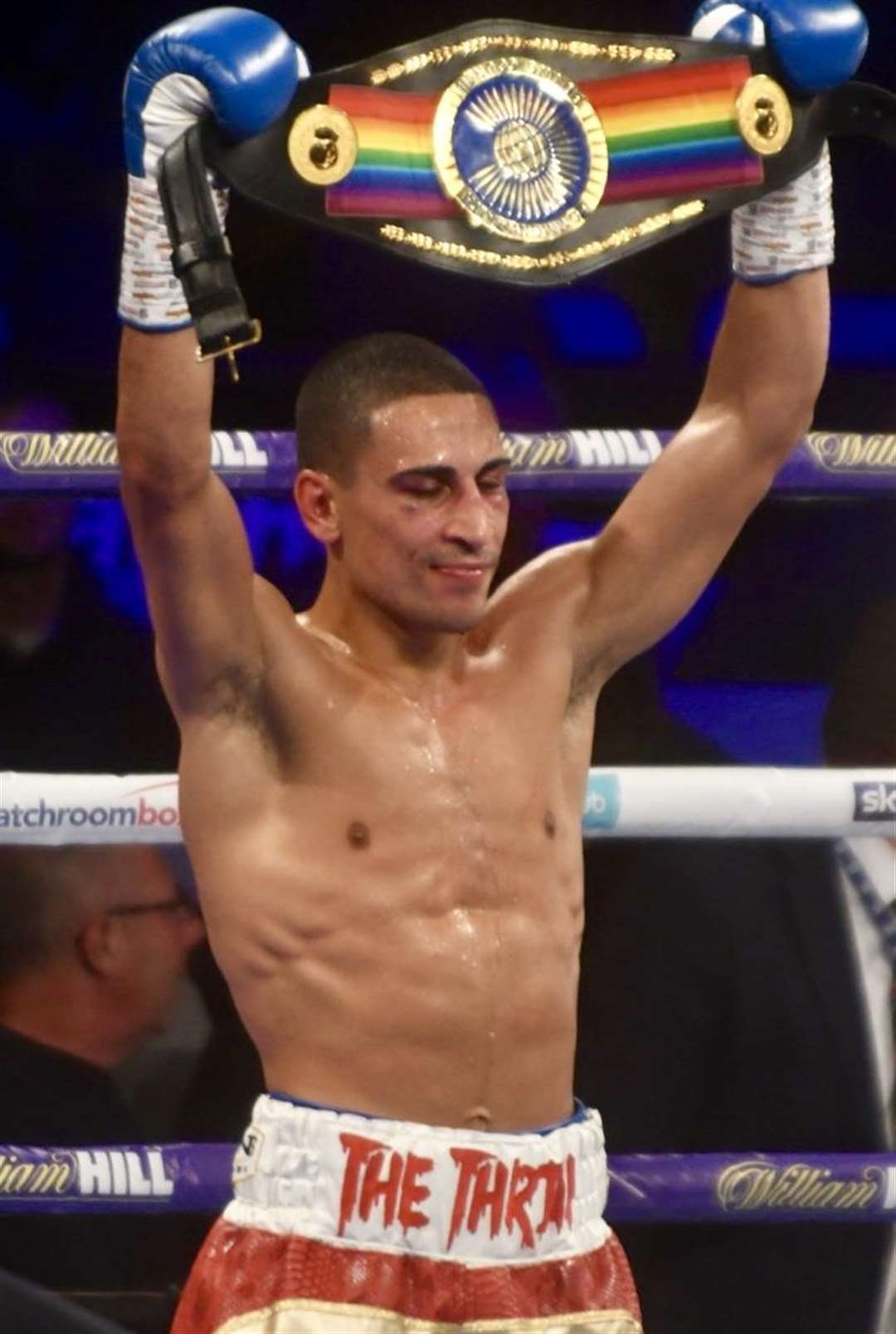 Jordan Gill raises the Commomwealth belt above his head (5053048)