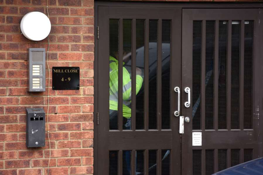 Police at Mill Close Wisbech ANL-160425-140450009