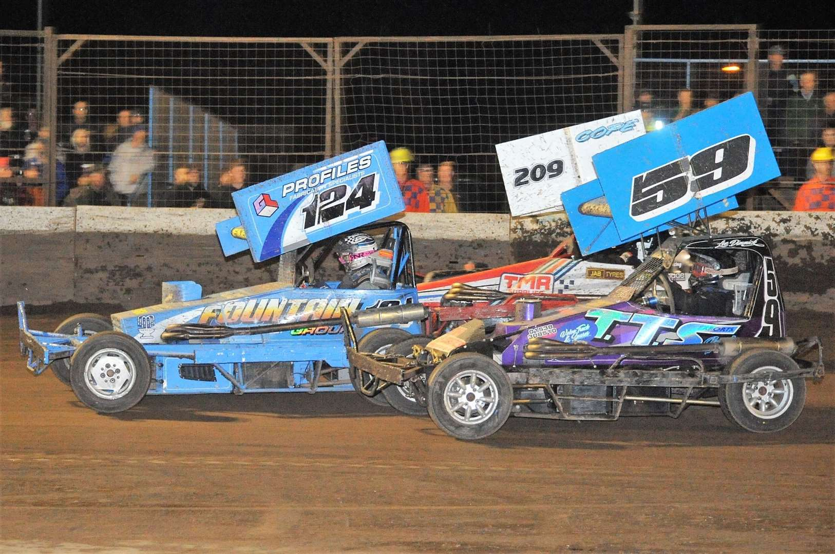 PICTURE Wisbech's Ollie Skeels on his way to winning the F2 Stock Car Final at King's Lynn – defending from a hard charging 59 Lee Dimmock(16012607)