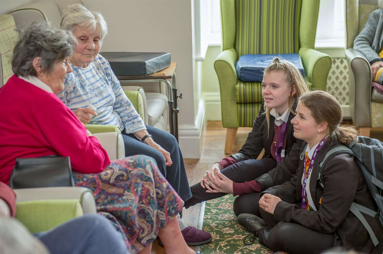 Jade Hollis and Lauren Sim chat with Clovelly House residents. Photo: Paul Swannell. (8334287)
