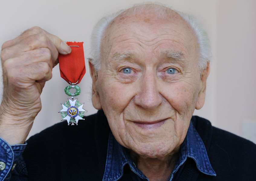 Herbert Flavell with his French Medal ANL-160226-085521009