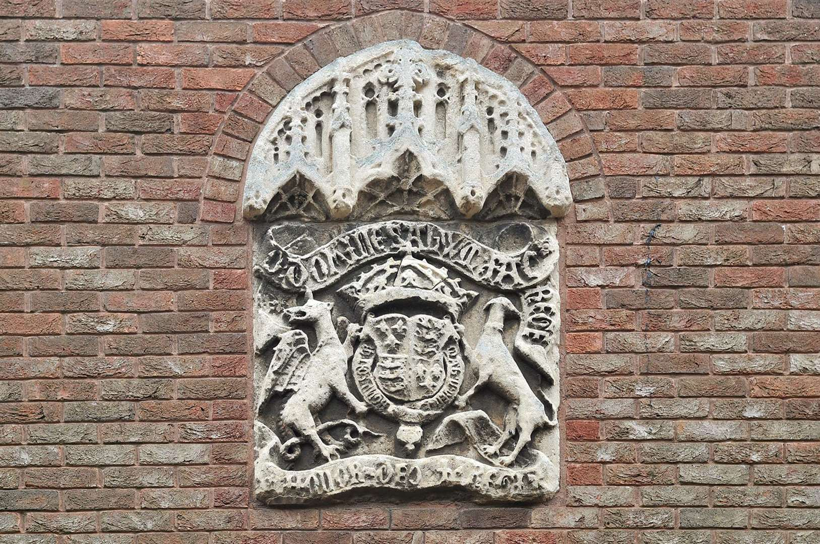The crest above the entrance to King's Lynn Court in College Lane. (6879005)