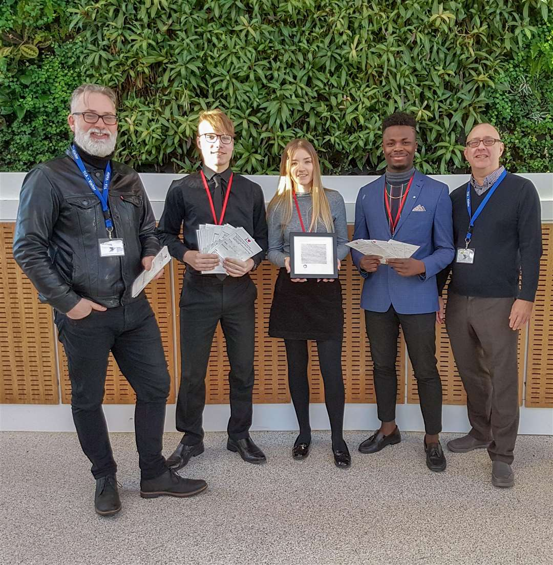 Local artist Tim Mann (left), students Irmantas Ruzgys, Chloe Smalley andSebastien Njingo, and Russell Rolph from Support Cambridgeshire. (6944447)